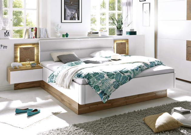 Dřevěná postel Casablanca (LIV'IN), 180 x 200 cm, cena (včetně nočních stolků a osvětlení, bez roštu a matrace) 13 999 Kč, www.kika.cz
